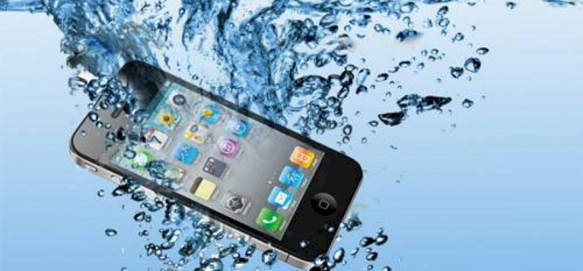 Így mentsd meg az elázott telefonodat