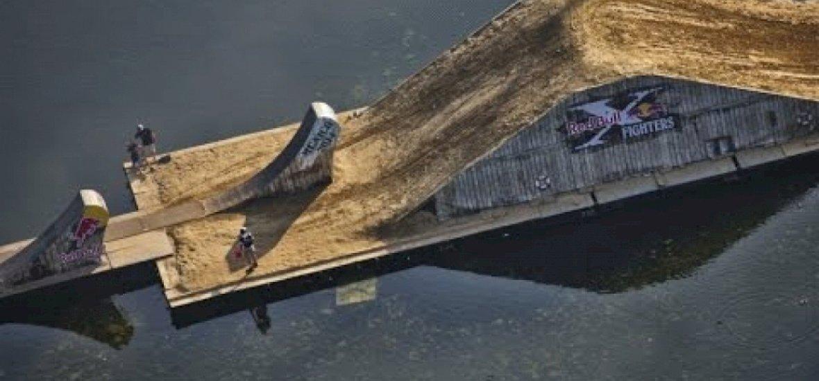 Egy tó közepére építkezett a Red Bull