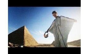 Wingsuittal a piramisok felett