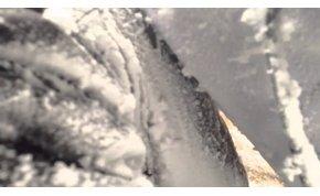 Sokkoló video a Mount Everest alaptáborát elsöprő hatalmas lavináról
