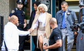 Cardi B feladta magát a rendőrségen, le is tartóztatták