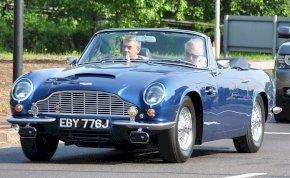 A walesi herceg fehér borral hajtott Aston Martinnal jár