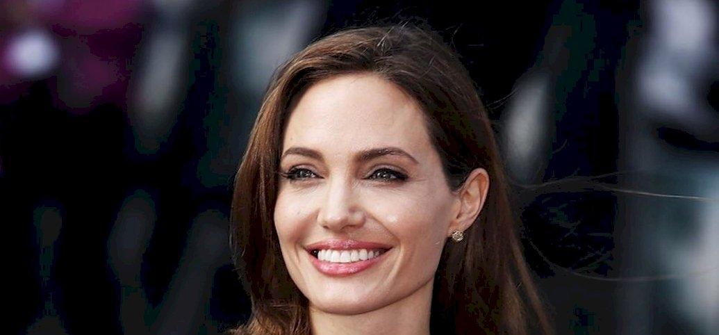 Lara Croftnak kell megfejtenie, hogy mit jelentenek Angelina Jolie tetkói