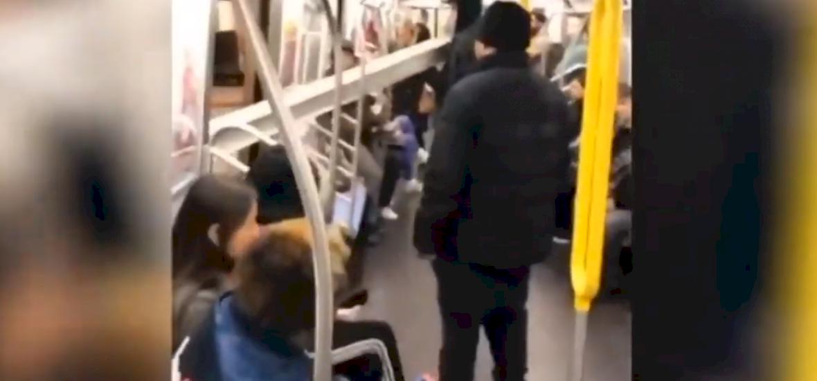 Ez a fazon épp egy kilenc méteres gerendát tuszkol be a metróba