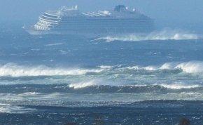 Drámai felvételek arról, hogyan mentik a bajba került tengerjáró utasait