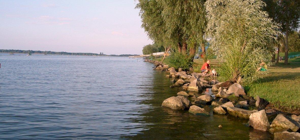 Nagy összeggel fejlesztik a Tisza-tavi szabad strandokat