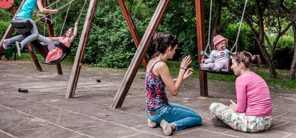 Anyukák játszótéri beszélgetése is okozhat felmondási hullámot
