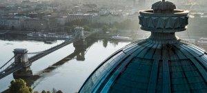 Az Esernyős Ember most Budapest egyik legmagasabb pontjáról jelentkezett be