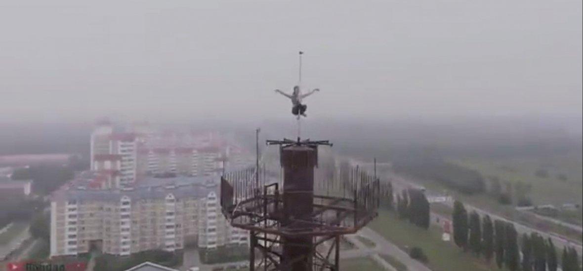 Extrém rúdtánc egy 16 emeletes toronyház tetején