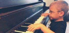 7 éves, félig vak, de szédületesen játssza a Bohemian Rhapsodyt