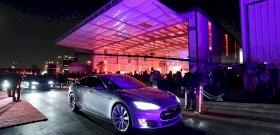 Egyszercsak elkezdett füstölni a Tesla, majd felrobbant