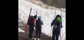 Úgy hömpölyög át a lavina az úton, mint egy kiáradt folyó - videó