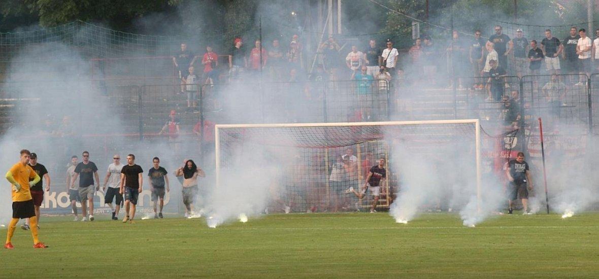 """Pécsi futballdrukkerek neki akartak menni a bírónak, megkapták """"jutalmukat"""""""