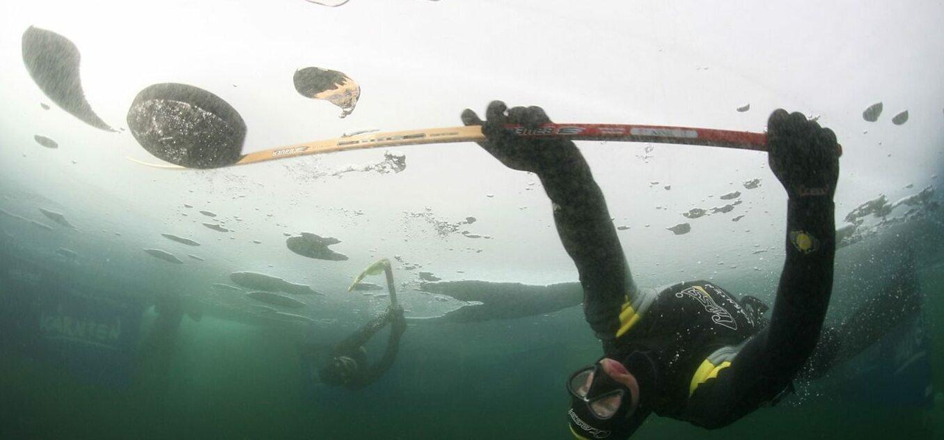 Vb-t is tartanak egy őrült sportban: víz alatti jégkorongban – videó