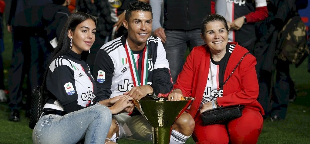 Cristiano Ronaldo kupán vágta fiát