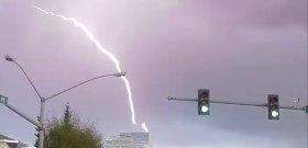 Kevés bizarrabb látvány van a villámcsapás érte repülőnél - videó