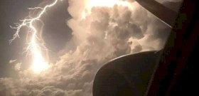 Apokaliptikus fotót lőttek a gép ablakából egy villámról
