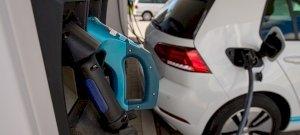 Az e-autók húsz éven belül lehagyják a benzineseket