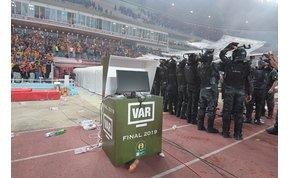 Botrány: 58 percig tartott az afrikai Bajnokok Ligája-döntő - videó