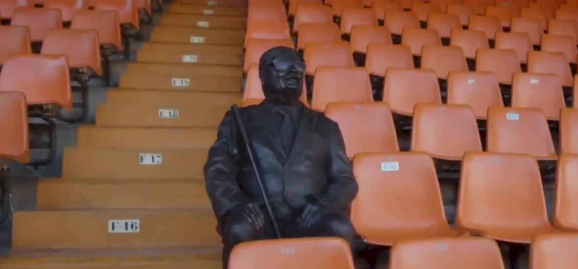 A vak drukker szobrot kapott imádott csapata stadionjának lelátóján