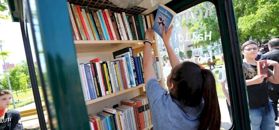 Magyar leleményesség: telefonfülkéből könyves pavilon lett itthon