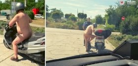 A rendőrség nem tud betelni a meztelenül robogózó férfi látványával