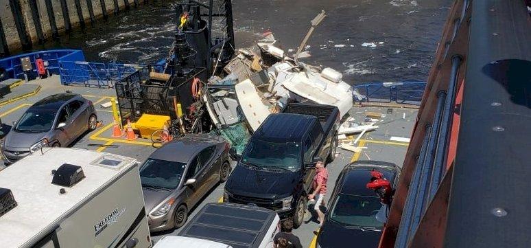 Horrorisztikus repülés után a hajóba csapódott egy lakóautó