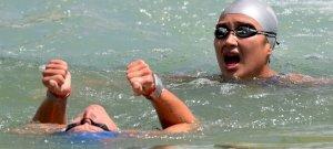 Hosszában ússzák át a Balatont, végtaghiányos gyerekekért