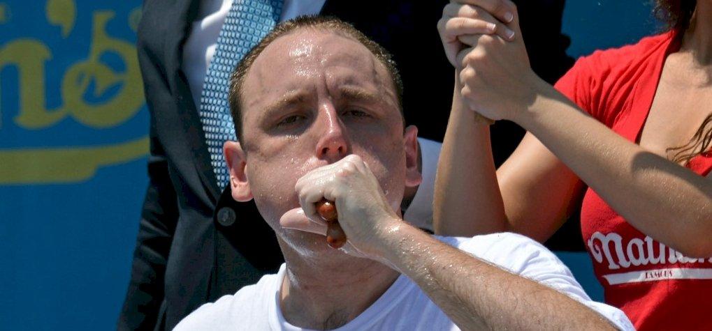 71 hot dog 10 perc alatt, elképesztő, amit ez az evőbajnok művel – videó