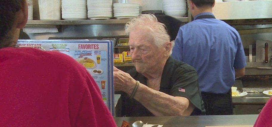 85 éves a nénike, de még mindig dolgozik – mutatjuk, miért imádják a vendégei