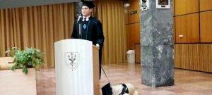 Egy pécsi egyetemista vakvezető kutyájával együtt vette át diplomáját – videó