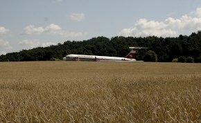 Leszállás Trabantok közé a mezőre négymotoros utasszállító repülővel