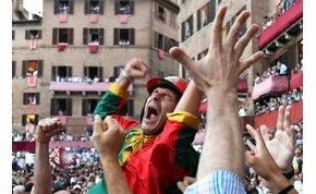 Videó: híres középkori főtéren tartják a legőrültebb lovasversenyt
