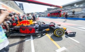 Mire nagy levegőt vesz, a Red Bull szerelői már kereket cseréltek – videó