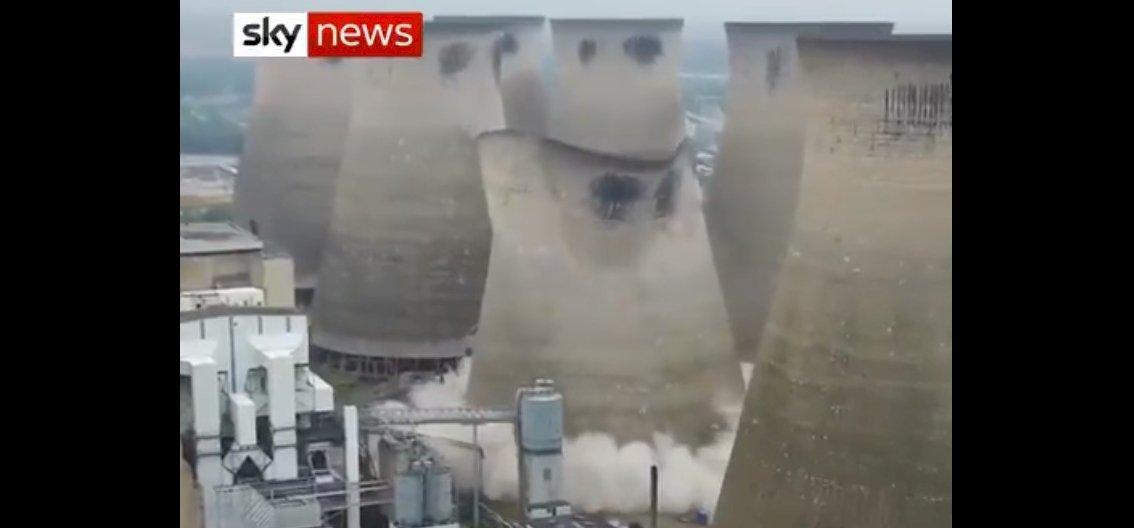 Papírmaséként omlik össze a 114 méter magas hűtőtorony – videó