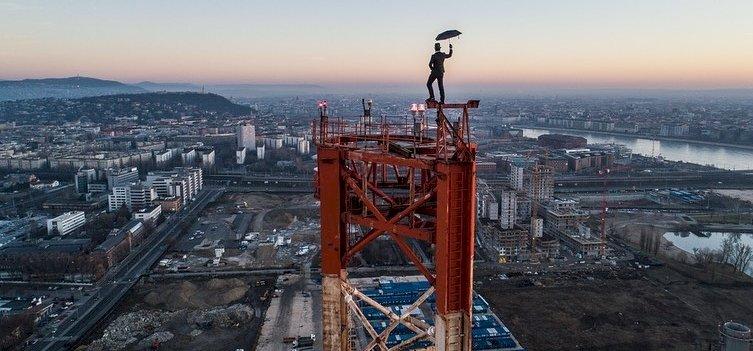 Egyáltalán nem fél az Esernyős Ember, jó magasról nézett le Budapestre – videó
