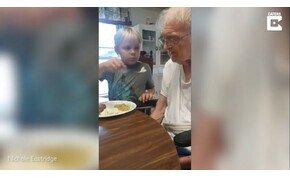 A hatéves kisfiú minden nap megeteti Alzheimer-kóros dédijét