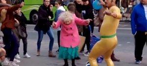 Ez az idős néni úgy táncol disco zenére, ahogy nagyon kevesen