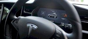 Több mint százzal ment a Tesla, miközben a sofőr békésen aludt – videó