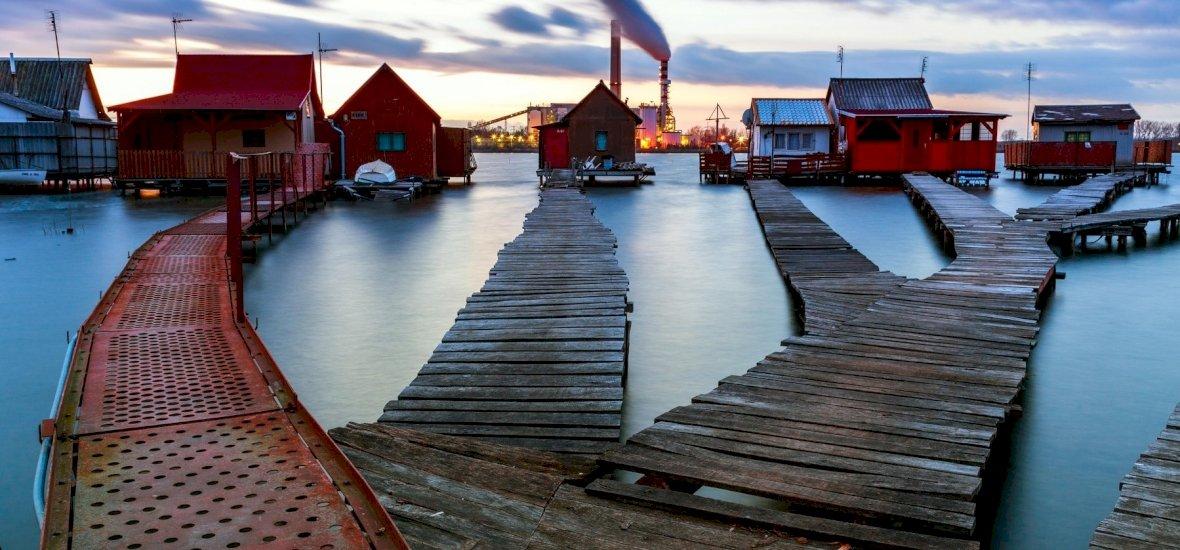 A tó közepén épült magyar falu az ország egyik legromantikusabb helye