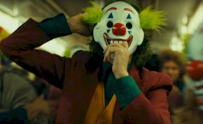 Joker-maszkos nő támadott meg baltával két embert