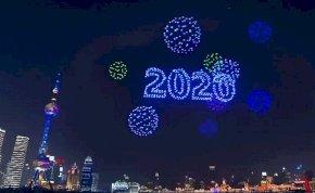 Lenyűgöző: tűzijáték helyett drónshow volt szilveszterkor – videó