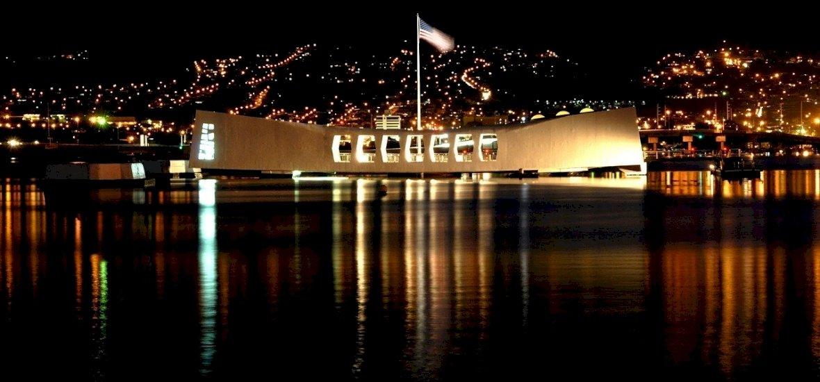Tengerből kilógó monumentális hajóroncs emlékeztet a II. vh. egyik legnagyobb csatájára – videó