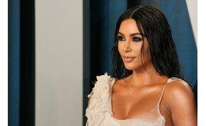 Egy egész csapat kellett, hogy Kim Kardashianra ráadják a ruhát