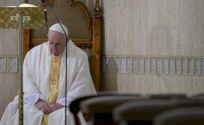 Hidegkirázós kép készült a pápáról a Vatikánban, rendkívüli intézkedések voltak a járvány miatt