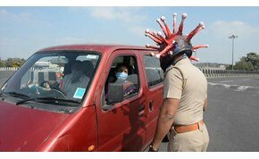 Koronavírusos bukósisakot vett fel a rendőr, hogy hazaijessze az autósokat – videó