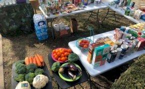 Egy család ingyen elvihető élelmiszereket tett a háza elé, csupán egyet kérnek: osszuk meg másokkal