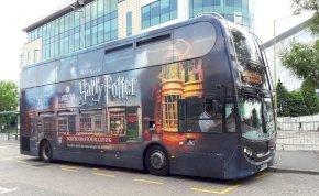 Varázslatos: Harry Potter-buszokkal szállítják a kórházi dolgozókat