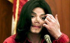 Michael Jackson műanyag műorrokat hordott az utolsó éveiben?