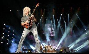 Kórházba kellett szállítani a Queen gitárosát
